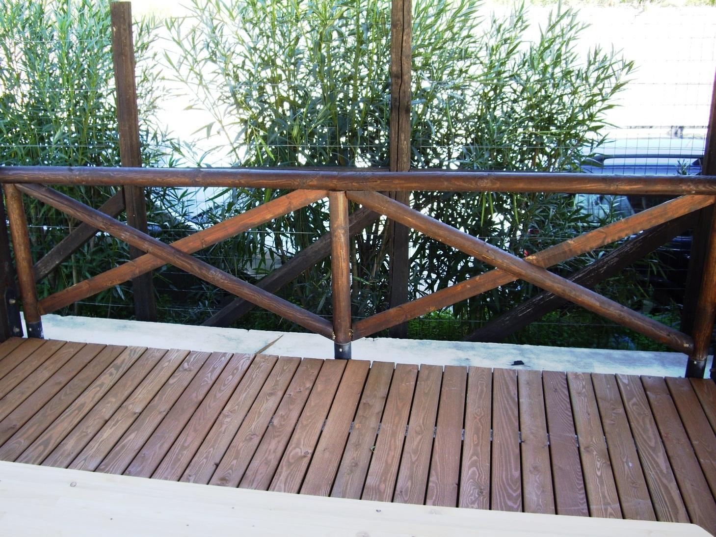 Ringhiera con pali in legno rotondi corso legnami srl - Ringhiere per giardino ...